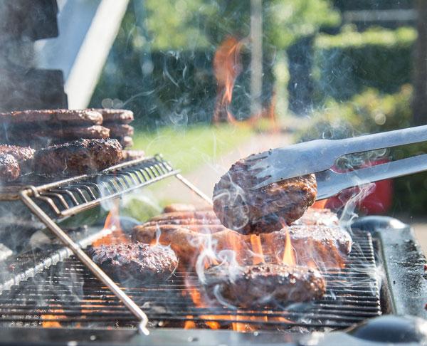 Burgers draaien op de barbecue