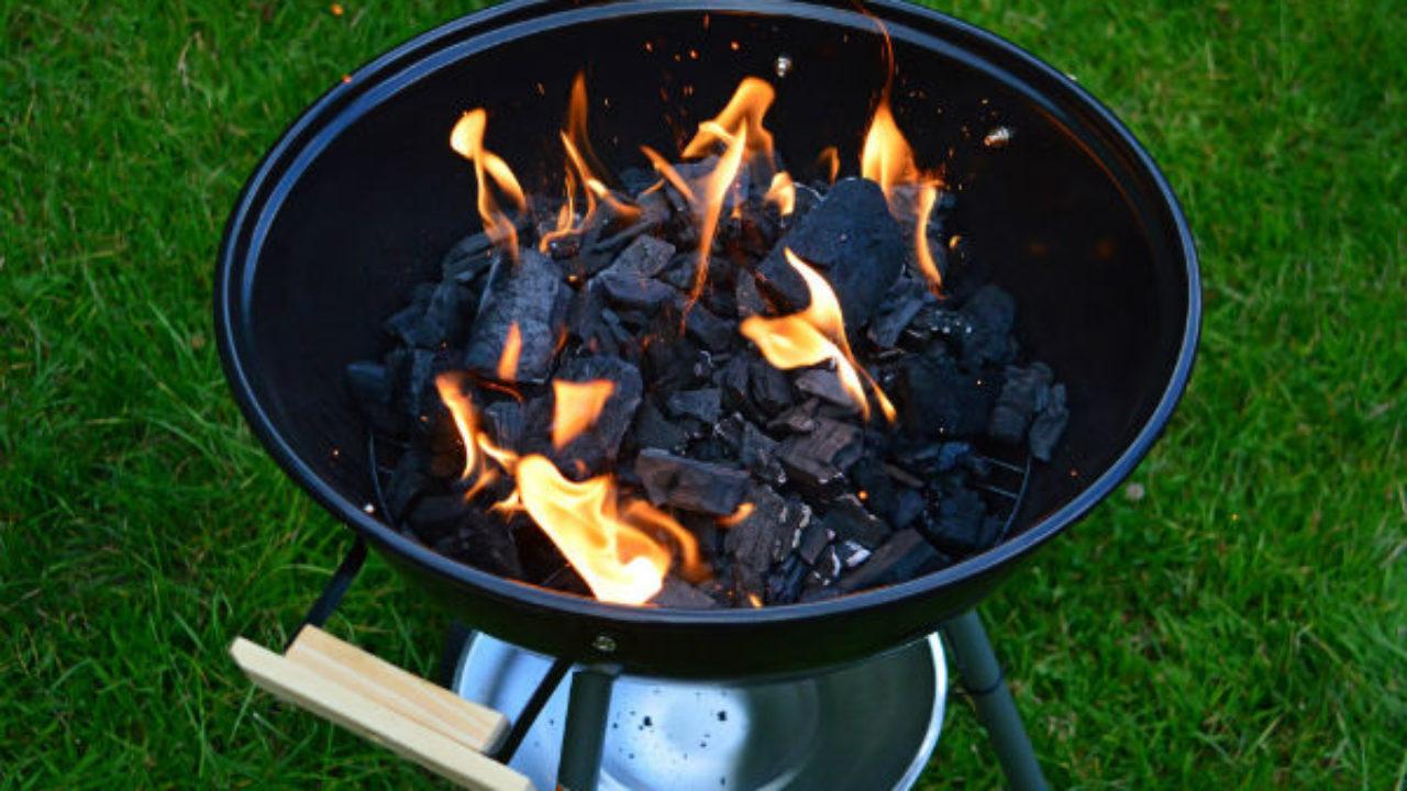 Bbq Aansteken Met Starter.Aanmaken Van Een Kolen Barbecue Slagerij Van Guilik