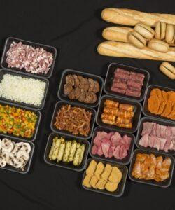 gourmet pakket met vlees, salade, sausjes en stokbrood