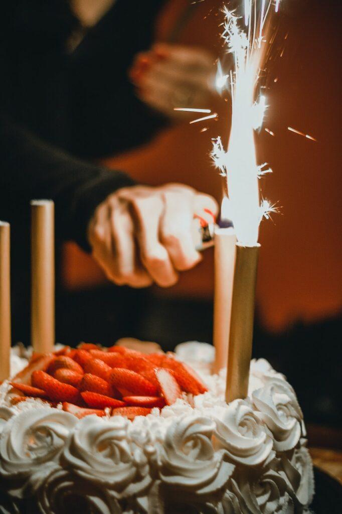 verjaardag taart aansteken