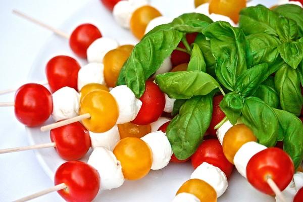 stokjes met mozerella en tomaat