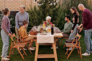 Mensen bij de tuintafel praten