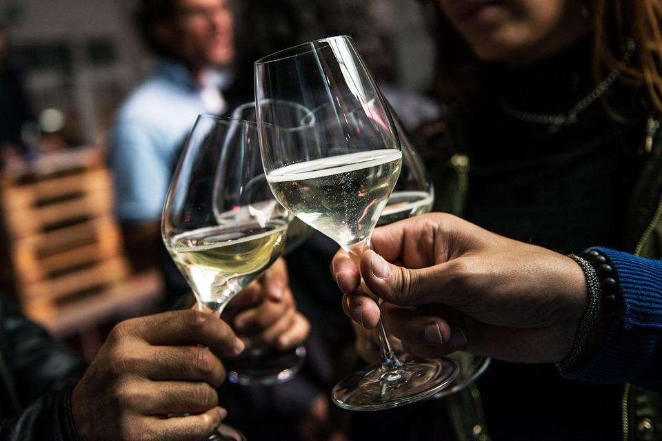 wijnglazen mensen proosten